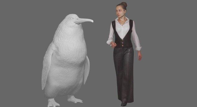 Modelo de pinguim gigante ao lado de mulher
