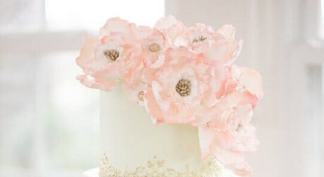 modelo delicado de bolo fake de casamento decorado com flores no topo
