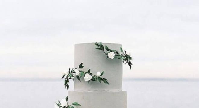 modelo diferente de bolo de casamento cinza decorado com flores brancas