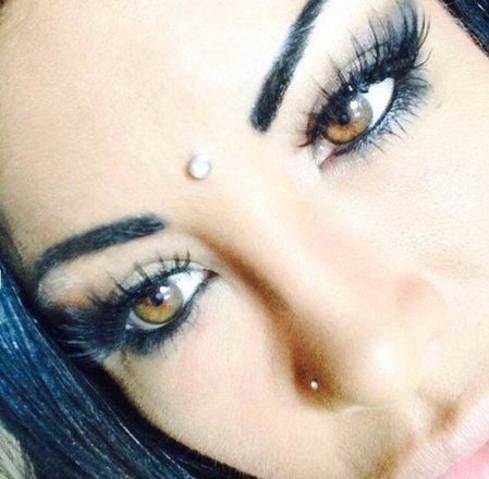 Nadine e sua irmã gêmea Danna fizeram carreira no Instagram postando fotos de suas cirurgias, muitas vezes feitas gratuitamenteNÃO VÁ EMBORA AINDA:Mudou de vida! Rainha da beleza passa temporada na Amazônia após se 'casar' com guerreiro tribal