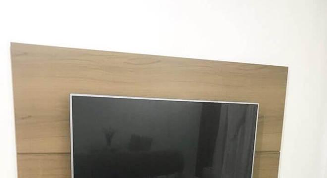 modelo simples rack com painel de madeira