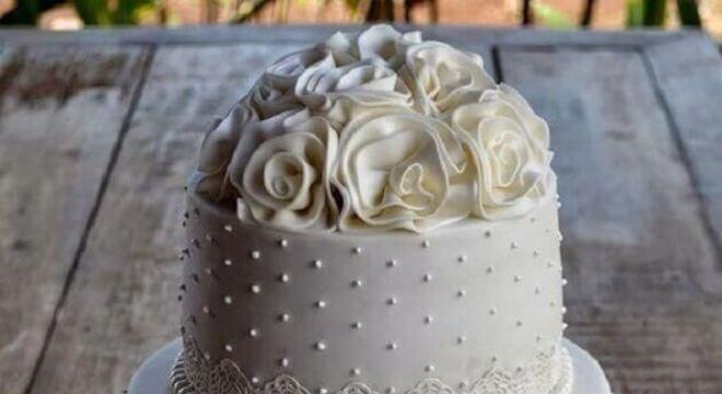 modelo tradicional de bolo de casamento branco