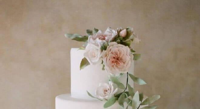 modelo tradicional de bolo de casamento com flores