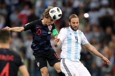 Croata Modric disputa bola no alto com Higuaín