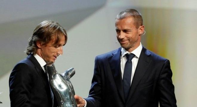 Luka Modric recebe o prêmio de melhor jogador do