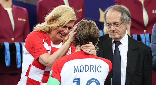 Modric e presidenta Kolinda Grabar-Kitarovic choraram no pódio da final da Copa