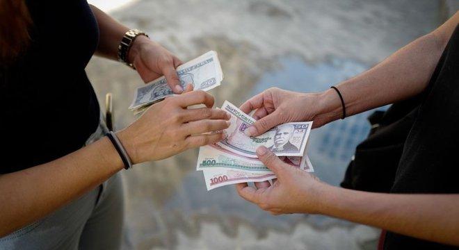 Com a unificação monetária, o peso cubano passa a ser a moeda da ilha. Vinte e quatro pesos cubanos equivalem a um dólar americano.