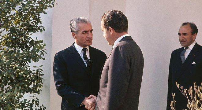 O xá da pérsia Mohamed Reza Pahlevi visitou várias vezes os Estados Unidos durante o período em que esteve no poder. Na foto, ele cumprimenta o presidente Richard Nixon
