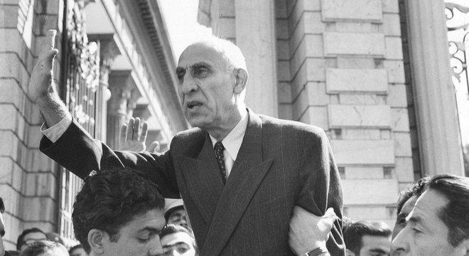 O primeiro-ministro Mohammad Mossadeq foi o primeiro governante eleito democraticamente no Irã, mas acabou derrubado num golpe de Estado arquitetado pelos EUA e o Reino Unido