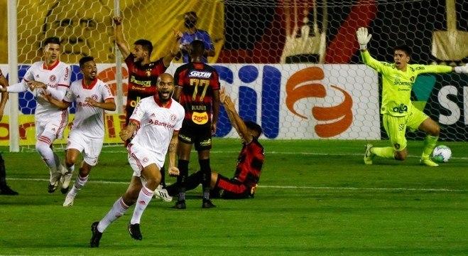 Rodrigo Moledo comemora gol do Inter sobre o Sport
