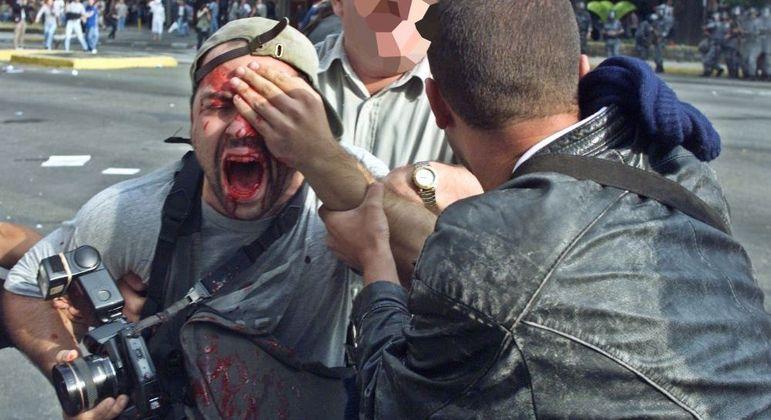 Momento em que o fotógrafo Alex Silveira foi atingido por uma bala de borracha durante cobertura de manifestação na Avenida Paulista