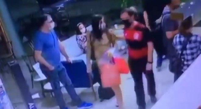 Momento em que Pâmela Pantera recebe voz de prisão no hotel em Vitória