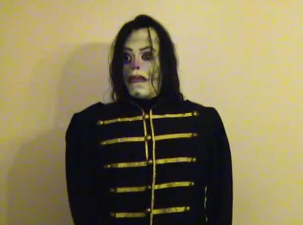 Nem noslivramos da Momo aindae temos que nos deparar com outro meme horripilante ao ponto de deixar autoridades policiais em alerta: trata-se do Ayuwoki, um vídeo viral que mostra uma versão macabra de Michael Jackson embalado por sons bizarros e inaudíveis. A figura foi o bastante para uma pequena onda de terror se espalhar virtualmente, deixando a polícia do México preocupadas