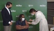 Enfermeira 1ª vacinada no país recebe 2ª dose da CoronaVac em SP