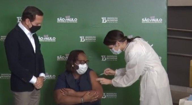 Monica Calazans recebe 2ª dose da CoronaVac em São Paulo
