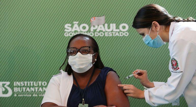 Enfermeira de SP é primeira pessoa vacinada contra covid-19 no Brasil -  Notícias - R7 São Paulo