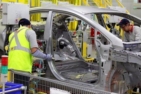 Máquinas que produziam carros reparam respiradores