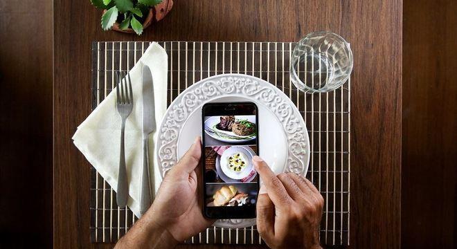Montar a mesa para o delivery virou hábito na quarentena