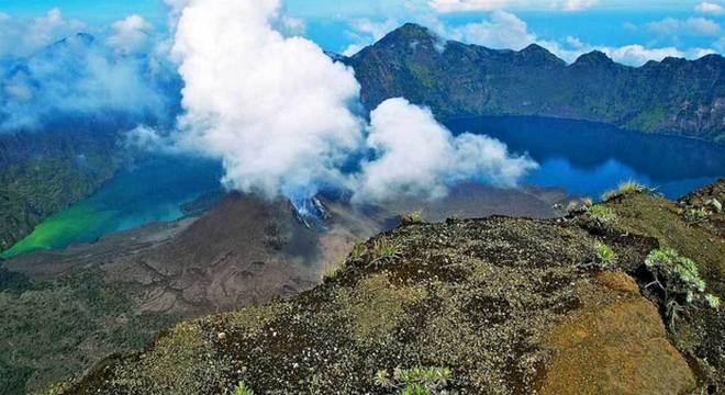Monte Rinjani é atração turística na Indonésia