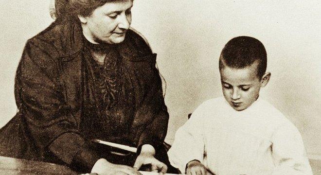 Depois de visitar um hospício em Roma, Montessori ficou horrorizada com a forma como as crianças eram tratadas