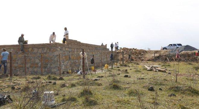 Monumento em 'honra aos heróis da pátria, os meninos mártires de Acosta Ñu' durante sua construção