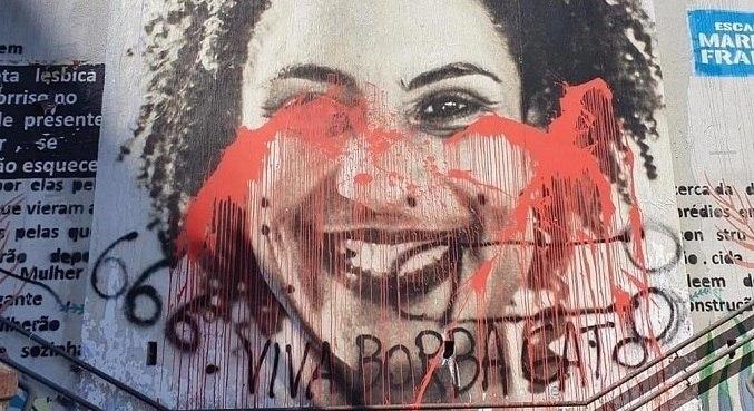 """Além da tinta, a figura de Marielle, foi pichada com o numeral """"666"""" e a frase """"Viva Borba Gato"""""""