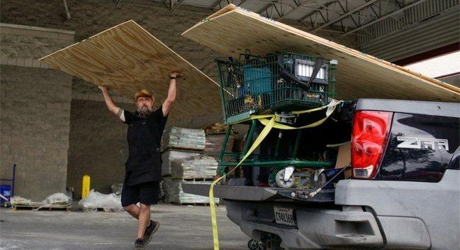 Morador de Nova Orleans se prepara para a chegada da tempestade Laura e para o furacão Marco