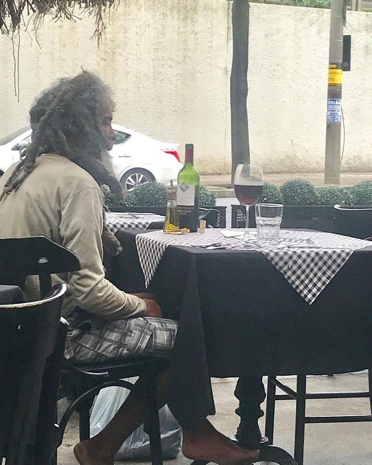 1c3bab8a8b5 Morador de rua vai a restaurante de luxo e faz questão de pagar a conta -  Notícias - R7 Minas Gerais