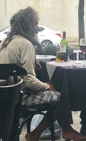 Morador pediu um prato, vinho e refrigerante