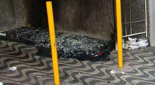Homem está internado com 20% do corpo queimado após briga com morador