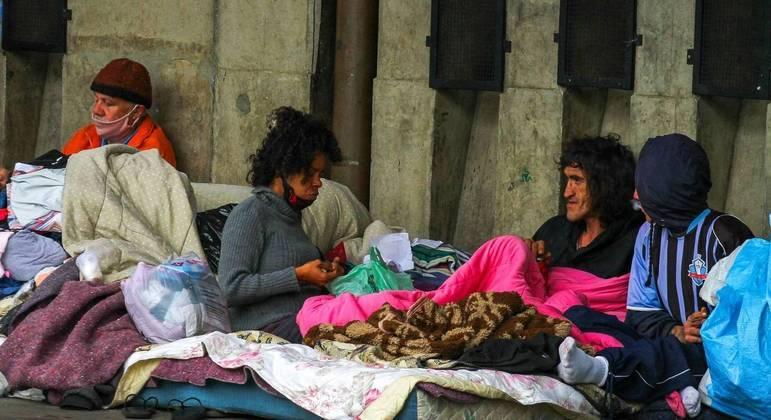 Pessoas em situação de rua enfrentam o frio no centro de São Paulo