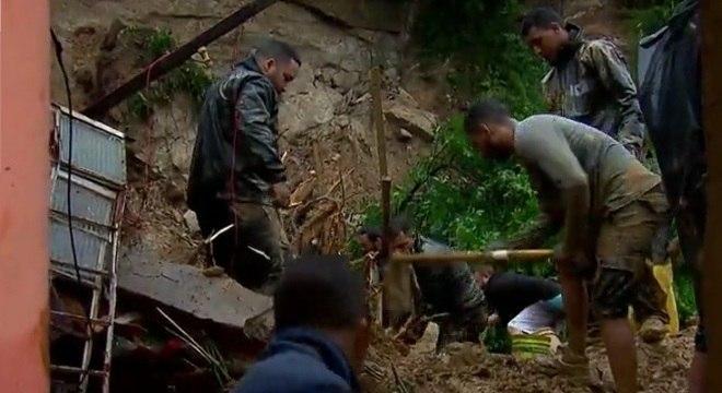 Moradores do morro do Tetéu em Santos buscam por vítimas soterradas