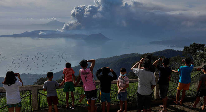 Moradores assistem à erupção do vulcão Taal, nas Filipinas