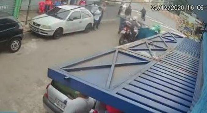 Moradores barram passagem de policial com caçamba