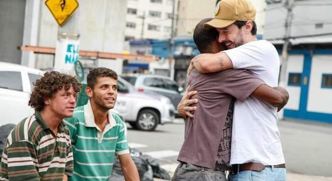 Lucas Brant: um abraço no bairro de Campos Elíseos (Divulgação/SP/Instituto Ninho Social)