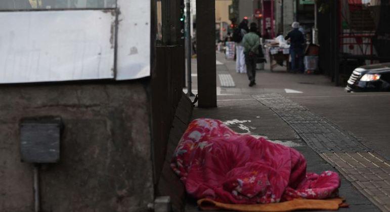 Moradores de rua sofrem com o frio intenso de São Paulo