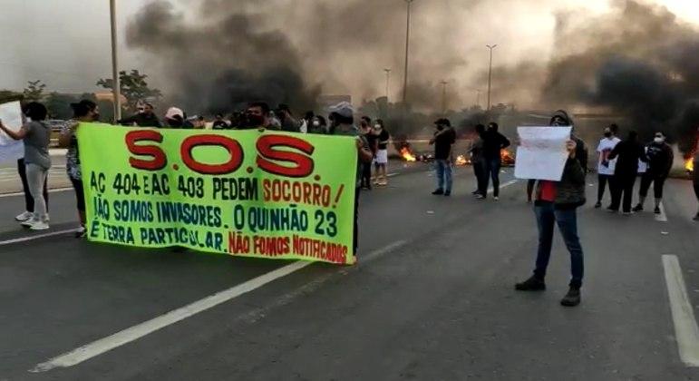 Moradores de Santa Maria fecham BR-040 em protesto contra derrubada de casas