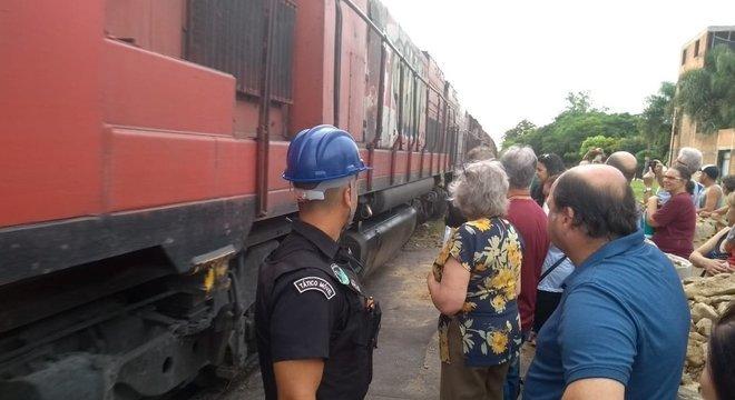 Moradores e empresários exigem fechamento de rua sobre a linha férrea Crédito: Renato Oliveira / Especial CP