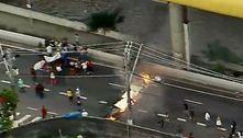 Manifestantes montam barricada em protesto na avenida do Estado