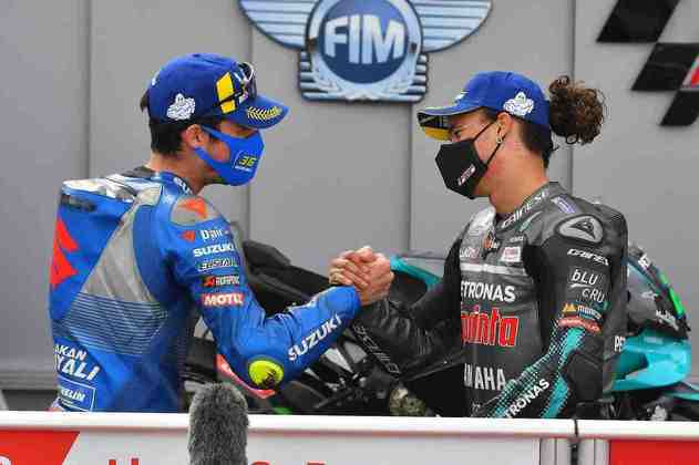 Morbidelli e Mir se cumprimentam após a corrida