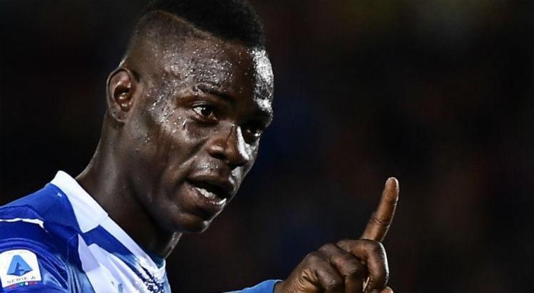 MORNO - Após assianar com o Brescia e uma passagem conturbada, Mario Balotelli pode deixar o clube. O CEO do Calcio Como, Michael Gandler, confirmou as negociações avançadas com o atacante italiano. 
