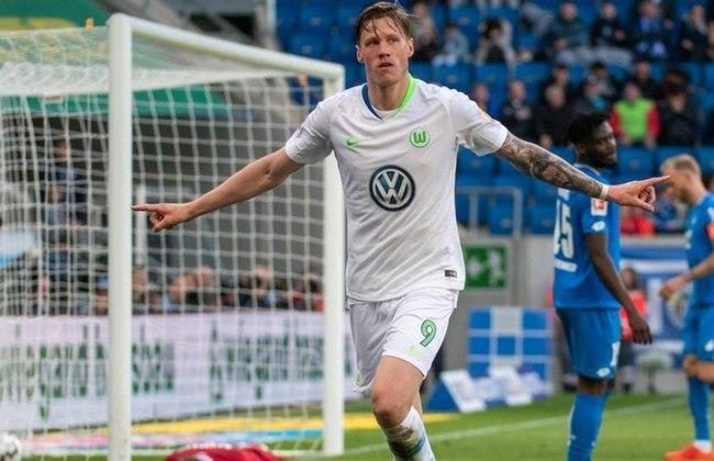 """MORNO - Arsenal e Newcastle batalham pela contratação do atacante Wout Weghorst, do Wolfsburg, por cerca de 32 milhões de libras (R$ 213 milhões), de acordo com o """"Bild"""". O atacante de 27 anos tem contrato até 2023."""