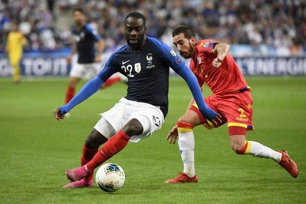 """MORNO - O Borussia Dortmund está interessado na contratação de Jonathan Ikoné, do Lille, segundo a """"RMC Sport"""". Obrigado a vender jogadores para equilibrar suas contas, o clube francês pode pedir cerca de 45 milhões de euros (R$ 273 milhões) pelo meio-campista que tem contrato até 2023."""