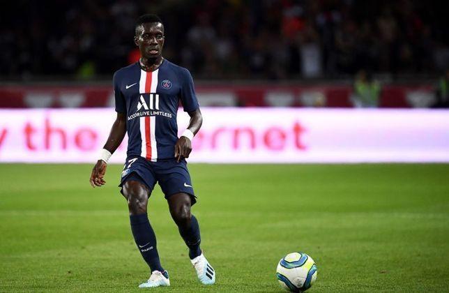 """MORNO - O Manchester United está monitorando o meio-campista Gueye, do Paris Saint-Germain, após o atleta ter feito apenas sua primeira temporada pela equipe francesa, segundo o """"Le10Sport""""."""