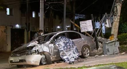 Veículo ficou destruído com o impacto