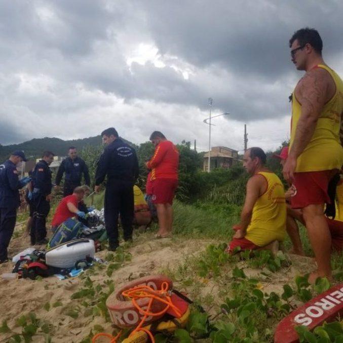 Bombeiros tentam reanimar vítima de afogamento, em Penha (SC)