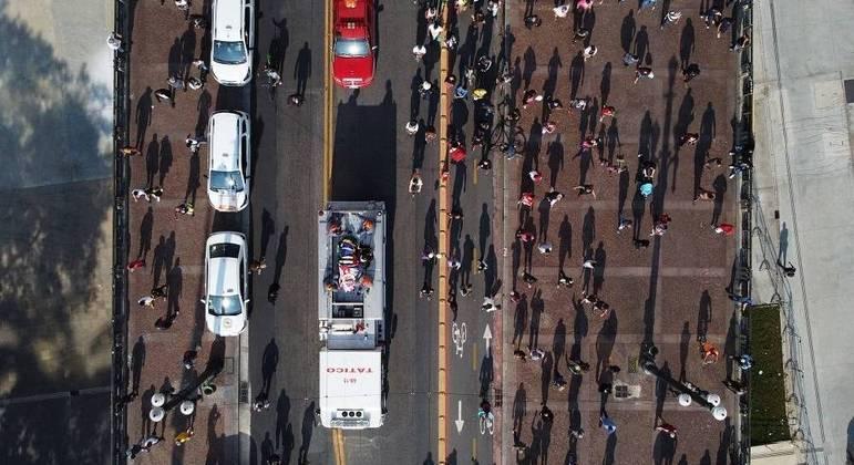 Imagem aérea do cortejo do prefeito Bruno Covas pelas ruas de São Paulo