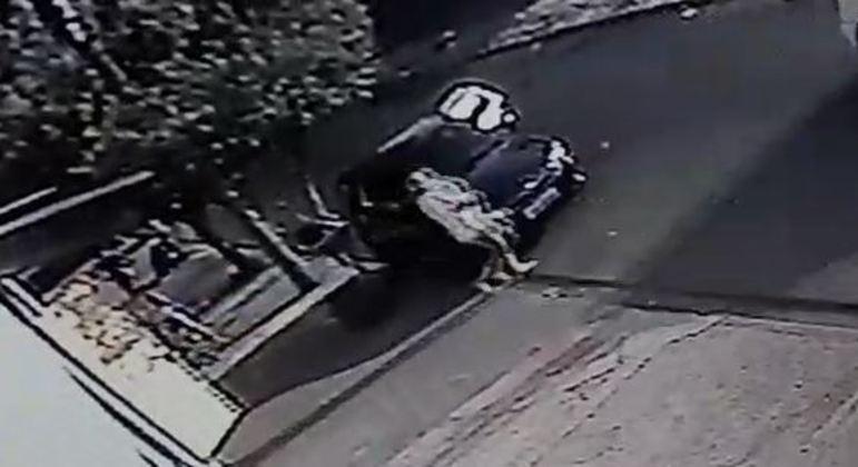 Criança de 2 anos foi esquecida dentro do carro por 3 horas por cuidadora