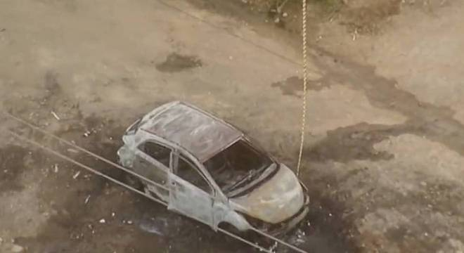 Após sequestro e assalto, grupo incendeia carro e foge