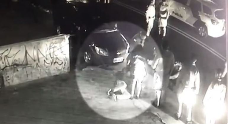Policial também pisou no pescoço do rapaz que discutia com a namorada na boate